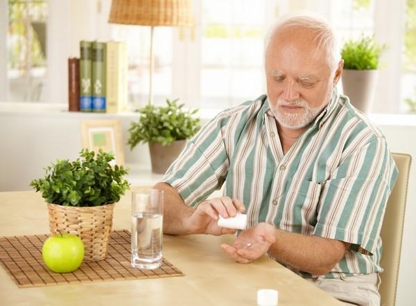 Лечение запоров у пожилых: слабительные, диета, народные средства