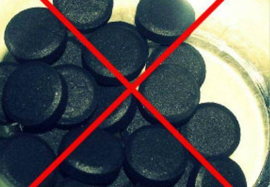 Помогает ли активированный уголь при запорах?