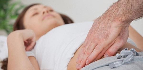 Как проявляется аппендицит у женщин: первые симптомы, признаки и методы лечения заболевания