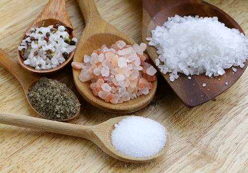 Соль для лечения геморроя: ванночки, примочки, клизма и свечи