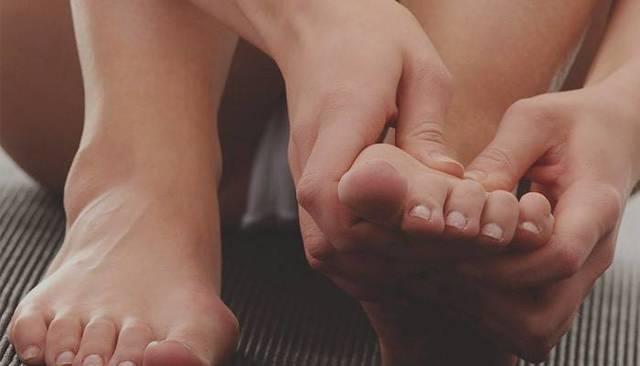 Народные средства от грибка между пальцами ног: лечение в домашних условиях
