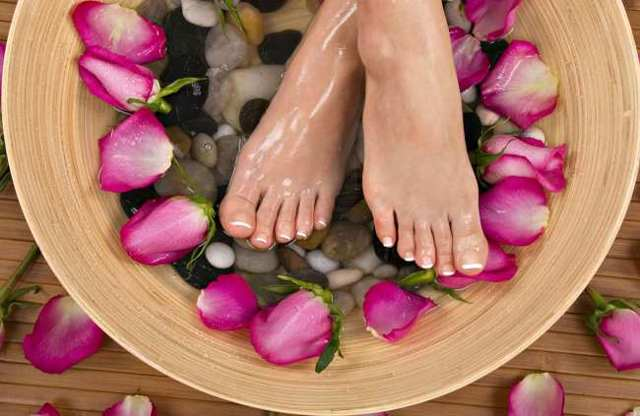 Удаление натоптышей, сухих мозолей и огрубевшей кожи на ногах в клинических и домашних условиях