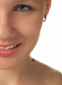 Родинка почернела, посветлела или стала бесцветной: насколько опасны изменения цвета невуса