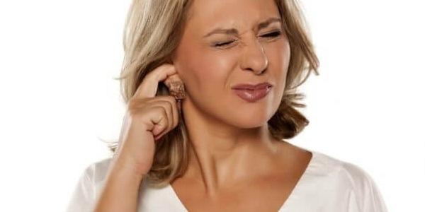 За ухом шелушится кожа и мокнет: причины, методы лечения у взрослых и детей