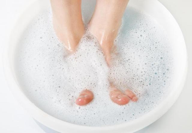 Грибок между пальцами ног: фото, симптомы, стадии, лечение аптечными и народными средствами