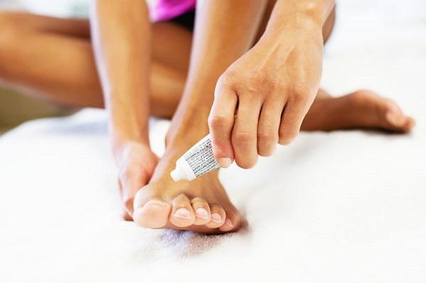 Чем лечить грибок ногтей на ногах в запущенной стадии: аптечные и народные средства
