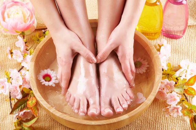 Как распарить ноги от натоптышей: ванночки с солью, содой, уксусом, перекисью водорода от мозолей
