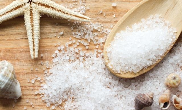Морская соль от псориаза: помогает ли такое средство лечения и как правильно проводить процедуры